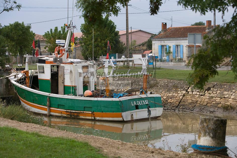 Europe/France/Aquitaine/33/Gironde/Saint-Christoly-Médoc  :le port sur la Gironde bateau de pèche