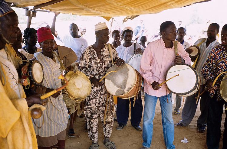 Enthronement of the king of Bariba. The traditional Gaani festival. The drummers.<br />  <br /> Intronisation du roi des Bariba. La f&ecirc;te traditionnelle de la Gaani. Les joueurs de Tam-Tam.