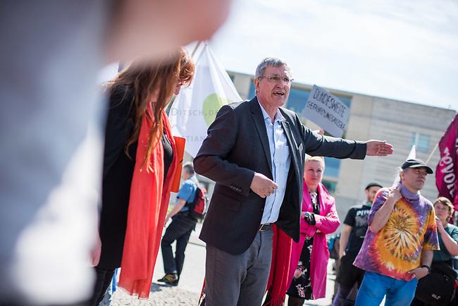 Pflege in Bewegung - Bundesweite Gefaehrdungsanzeige.<br /> Am Freitag den 12. Mai fand in Berlin zum &quot;Internationaler Tag der Pflege&quot; die Abschlussveranstaltung der Aktionskampagne &quot;bundesweite Gefaehrdungsanzeige&quot; am Brandenburger Tor statt.<br /> Neben Redebeitraegen von Politik gab es es Statements von Initiatoren der Kampagne und Aktivisten der Pflegeszene, sowie Politiker der Linkspartei, der SPD und der Gruenen. Erstmals wurde das Strategiepapier &quot;Zukunft(s)Pflege&quot; oeffentlich vorgestellt.<br /> Im Anschlus wurden ueber 8.500 Unterschriften im Bundesgesundheitsministerium uebergeben.<br /> Im Bild: Bernd Riexinger, Parteivorsitzender der Linkspartei redet zu den Kundgebungsteilnehmern. Rechts von ihm Mechthild Rawert von B90/Gruene und Elisabeth Scharfenberg von der SPD.<br /> 12.5.2017, Berlin<br /> Copyright: Christian-Ditsch.de<br /> [Inhaltsveraendernde Manipulation des Fotos nur nach ausdruecklicher Genehmigung des Fotografen. Vereinbarungen ueber Abtretung von Persoenlichkeitsrechten/Model Release der abgebildeten Person/Personen liegen nicht vor. NO MODEL RELEASE! Nur fuer Redaktionelle Zwecke. Don't publish without copyright Christian-Ditsch.de, Veroeffentlichung nur mit Fotografennennung, sowie gegen Honorar, MwSt. und Beleg. Konto: I N G - D i B a, IBAN DE58500105175400192269, BIC INGDDEFFXXX, Kontakt: post@christian-ditsch.de<br /> Bei der Bearbeitung der Dateiinformationen darf die Urheberkennzeichnung in den EXIF- und  IPTC-Daten nicht entfernt werden, diese sind in digitalen Medien nach &sect;95c UrhG rechtlich geschuetzt. Der Urhebervermerk wird gemaess &sect;13 UrhG verlangt.]