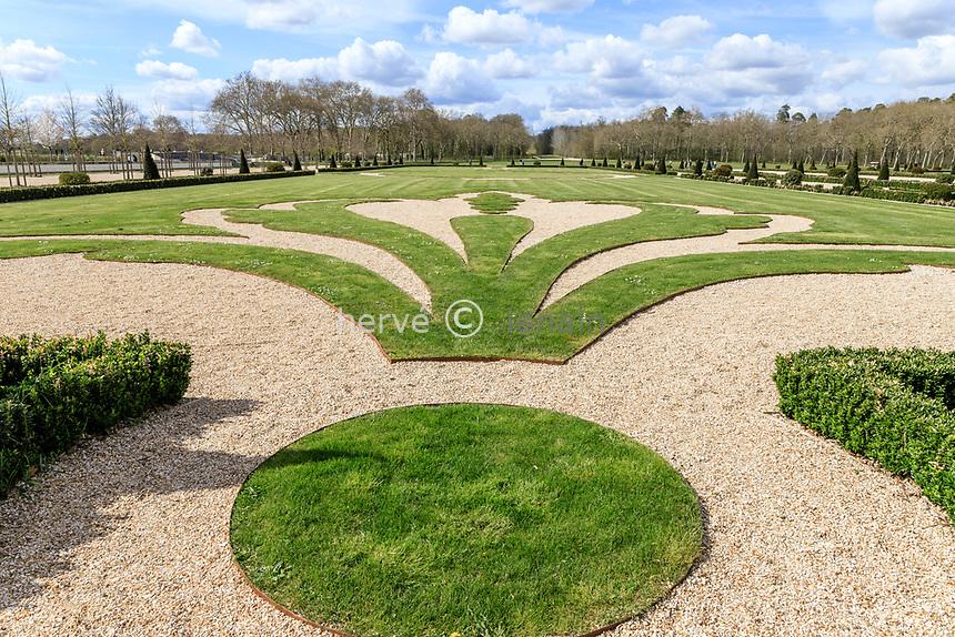 France, Loire-et-Cher (41), Chambord, château de Chambord, les jardins à la française, fleur de lis