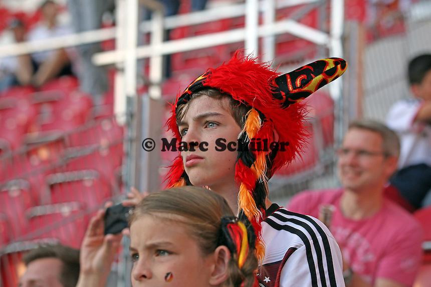 Junger Fan wartet auf die Nationalmannschaft - Deutschland vs. Armenien in Mainz