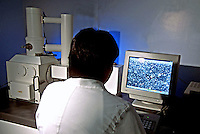 Análise de vírus em microscópio eletrônico no Instituto Evandro Chagas. Belém. Pará. 2000. Foto de Juca Martins.