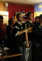 S&Atilde;O PAULO,SP,27 JUNHO 2012 - BOCA JUNIORS x CORINTHIANS TORCIDA<br /> Torcedores do Corinthians e do Boca Juniors assistem ao jogo entre Boca Juniors x Corinthians no bar Moocaires na Mooca zona leste.FOTO ALE VIANNA/BRAZIL PHOTO PRESS