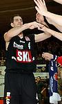 Basketball, BBL 2003/2004 , 1.Bundesliga Herren, Wuerzburg (Germany) X-Rays TSK Wuerzburg - GHP Bamberg (62:84) Chris Ensminger (Bamberg) klatscht bei den Fans die Haende ab