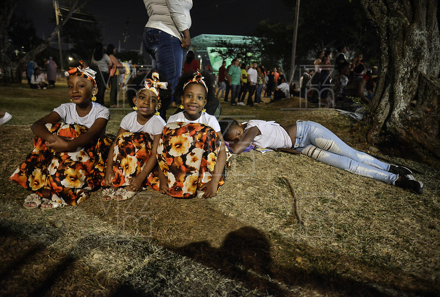 CALI - COLOMBIA. 16-08-2019: Unas pequeñas descansan durante el tercer día del XXIII Festival de Música del Pacífico Petronio Alvarez 2019 el festival cultural afro más importante de Latinoamérica y se lleva acabo entre el 14 y el 19 de agosto de 2019 en la ciudad de Cali. / A little girls rest during the XXIII Pacific Music Festival Petronio Alvarez 2019 that is the most important afro descendant cultural festival of Latin America and takes place between August 14 and 19, 2019, in Cali city. Photo: VizzorImage/ Gabriel Aponte / Staff