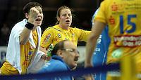 Handball Frauen / Damen  / women 1. Bundesliga - DHB - HC Leipzig : Frankfurter HC - im Bild: Reaktionen an der Bank - Anne Müller (l.) und Maike Daniels  . Foto: Norman Rembarz .