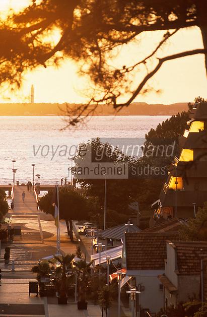 Europe/France/Aquitaine/33/Gironde/Bassin d'Arcachon/Arcachon/Le Moulleau: Soleil couchant sur la jetée. A l'arrière plan, le phare du Cap Ferret