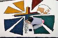 """SANTANA DE PARNAÍBA, SP, 30 MAIO 2013 - CORPUS CHRISTI EM SANTANA DE PARANAÍBA -  Tradicional tapete de serragem com imagens ligadas a igreja católica foi montado nas ruas da cidade de Santana de Paranaíba para celebrar o feriado de Corpus Christi, nesta quinta-feira, 30. O evento realizado pela Igreja Católica traz como tema """"No ano da fé, a eucaristia gera vida em plenitude na vida da comunidade"""", que será retratado por mais de 50 quadros nas principais vias do Centro histórico da cidade, com 850 metro de extensão do tapete artesenal montado por fiéis. (FOTO: LEVI BIANCO/ BRAZIL PHOTO PRESS)"""