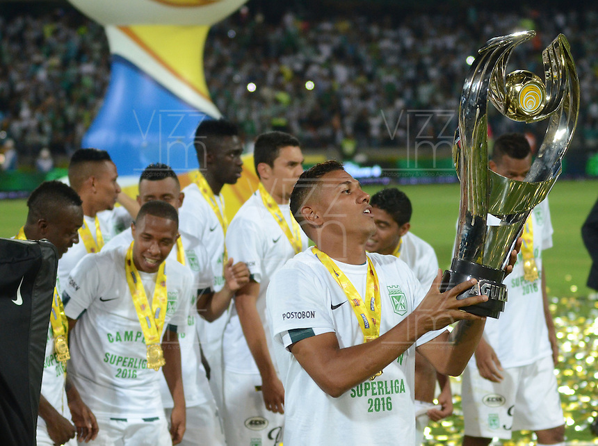 MEDELLÍN -COLOMBIA-27-01-2016. Alexander Mejia jugador de Atlético Nacional celebra con la copa el título de la Super Liga Aguila 2016 después de derrotar a Deportivo Cali en partido de vuelta jugado en el estadio Atanasio Girardot de la ciudad de Medellín./ Alexander Mejia player of Atletico Nacional celebrate with the trophy the tittle as Champions Aguila Super League 2016 after defeated to Deortivo cali in the second leg match played at Atanasio Girardot stadium in Medellin city. Photo: VizzorImage/ Leon Monsalve / Str