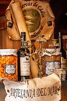 Spanien, Andalusien, Cádiz: lokale Spezialitaeten, eingelegter Thunfisch, Sherry, Schaufenster   Spain, Andalusia, Cádiz: local specialities, tuna, Sherry, shop window