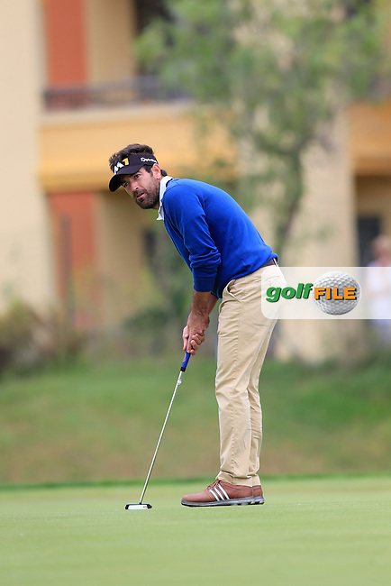 Eduardo DE LA RIVA (ESP) on the 8th green during Saturday's Round 3 of the Portugal Masters 2015 held at the Oceanico Victoria Golf Course, Vilamoura Algarve, Portugal. 15-18th October 2015.<br /> Picture: Eoin Clarke | Golffile<br /> <br /> <br /> <br /> All photos usage must carry mandatory copyright credit (&copy; Golffile | Eoin Clarke)