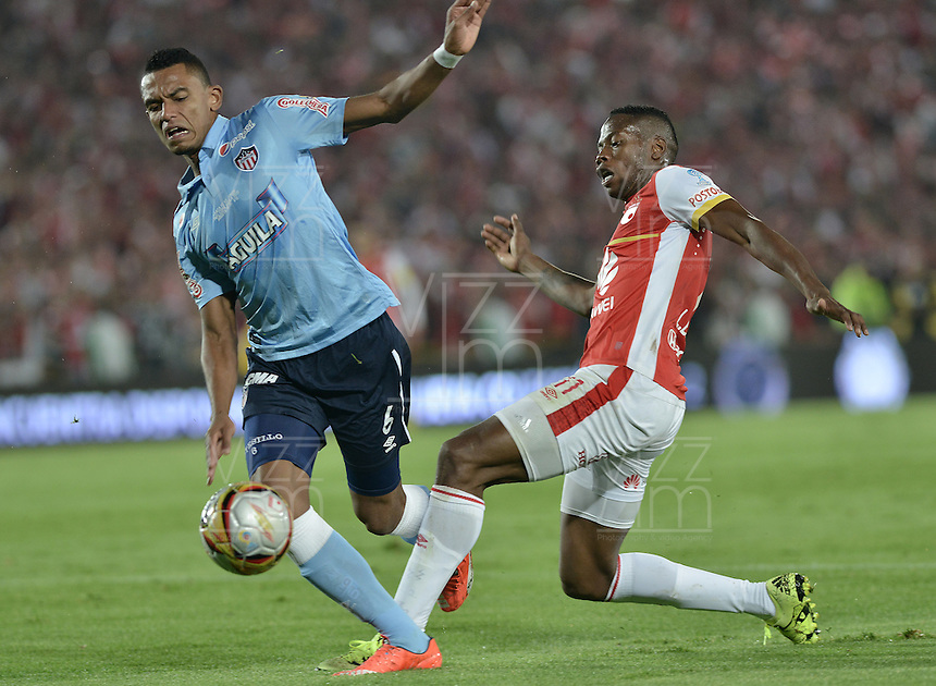BOGOTÁ -COLOMBIA, 19-11-2015. Leyvin Balanata (Der) jugador de Independiente Santa Fe disputa el balón con William Tesilo (Izq) jugador de Atlético Junior durante partido de vuelta por la final de la Copa Águila 2015 jugado en el estadio Nemesio Camacho El Campín de la ciudad de Bogotá./ Leyvin Balanata (R) player of Independiente Santa Fe vies for the ball with William Tesilo (L) player of Atletico Junior during second leg match for the final of Aguila Cup 2015 played at Nemesio Camacho El Campin stadium in Bogotá city. Photo: VizzorImage/ Gabriel Aponte / Staff