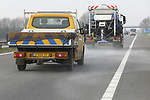 Foto: VidiPhoto<br /> <br /> RHEDEN &ndash; Bij een temperatuur van rond de 20 graden Celsius ging dinsdag in opdracht van de provincie Gelderland een strooiwagen snelweg A348 bij Rheden op om het asfalt te voorzien van een laagje zout. Automobilisten en motorrijders waren en werden vooraf gewaarschuwd voor de bij warm weer ongebruikelijke werkzaamheden. Het ging hier om een proef met zoutstrooien tussen het verkeer als onderdeel van de provinciale aanbesteding &ldquo;materieel en onderhoud gladheidbestrijding.&rdquo; De strooiwagen werd daarom gevolgd door kritische provincieambtenaren. De tweede een laatste aanbieder mag vrijdag komen opdraven. Daarna neemt de provincie een besluit op basis van kwaliteit, veiligheid en gebruiksvriendelijkheid van het materieel. De provincie adviseert met name motorrijders snelweg A348 deze week te mijden omdat zout het chroom van de motor kan aantasten. Volgende week is het zout vermoedelijk weer weggespoeld of weggezakt.