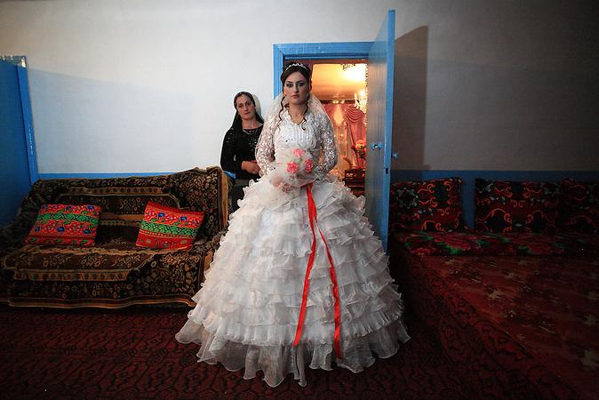 Rana Rajabova, eine 24-jährige Braut in der aserbaidschanischen Dorf Shirinbeili. Rana Großeltern, geboren in  Arali in Georgien Adigeni Region wurden nach Usbekistan abgeschoben. / Rana Rajabova, a 24-year-old bride in the Azerbaijani village of Shirinbeili. Rana's grandparents, natives of Arali village in Georgia's Adigeni region, were deported to Uzbekistan.