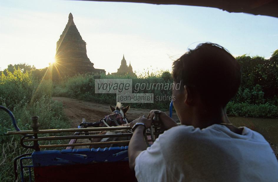 Asie/Birmanie/Myanmar/Bagan: Promenade en calèche près des pagodes