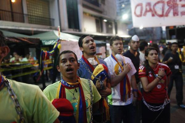 MANIFESTACI&Oacute;N DE ESTUDIANTES ENCADENADOS CUMPLE UNA SEMANA<br /> <br /> CAR204. CARACAS (VENEZUELA), 04/03/2013.- Estudiantes venezolanos encadenados protestan para exigir respuestas sobre la condici&oacute;n de salud del presidente Hugo Ch&aacute;vez hoy, lunes 4 de marzo de 2013, en Caracas (Venezuela). La manifestaci&oacute;n de estudiantes completa una semana. Grupos opositores y afines a Ch&aacute;vez realizan a diario diferentes actividades en la ciudad. El mandatario regres&oacute; hace dos semanas de La Habana, donde fue operado en diciembre del a&ntilde;o pasado por el c&aacute;ncer que sufre. EFE/David Fern&aacute;ndez