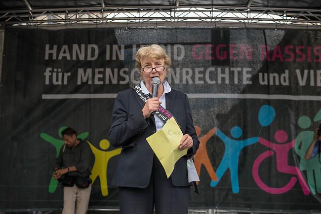 Tausende Menschen beteiligten sich am Sonntag den 19. Juni 2016 in Berlin an einer Menschenkette gegen Rassismus. Die Aktion fand bundesweit am 18. und 19. Juni in verschiedenen Staedten in Deutschland statt.<br /> Im Bild: Prof. Barbara John (Vorstandsvorsitzende Paritaetischer Wohlfahrtsverband Berlin).<br /> 19.6.2016, Berlin<br /> Copyright: Christian-Ditsch.de<br /> [Inhaltsveraendernde Manipulation des Fotos nur nach ausdruecklicher Genehmigung des Fotografen. Vereinbarungen ueber Abtretung von Persoenlichkeitsrechten/Model Release der abgebildeten Person/Personen liegen nicht vor. NO MODEL RELEASE! Nur fuer Redaktionelle Zwecke. Don't publish without copyright Christian-Ditsch.de, Veroeffentlichung nur mit Fotografennennung, sowie gegen Honorar, MwSt. und Beleg. Konto: I N G - D i B a, IBAN DE58500105175400192269, BIC INGDDEFFXXX, Kontakt: post@christian-ditsch.de<br /> Bei der Bearbeitung der Dateiinformationen darf die Urheberkennzeichnung in den EXIF- und  IPTC-Daten nicht entfernt werden, diese sind in digitalen Medien nach &sect;95c UrhG rechtlich geschuetzt. Der Urhebervermerk wird gemaess &sect;13 UrhG verlangt.]