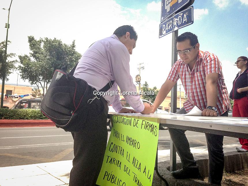 Quer&eacute;taro, Qro. 10 de septiembre 2015.- Estudiantes de la UAQ contin&uacute;an recolectando firmas para amparo colectivo en contra al aumento de la tarifa del transporte p&uacute;blico. Hoy habr&aacute; m&oacute;dulos en rector&iacute;a, la facultad de Filosof&iacute;a, la Alameda Hidalgo y Plaza de Armas. <br /> <br /> Foto: Lorena Alcal&aacute; / Prensa UAQ / Obture Press Agency.