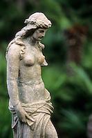 """Europe/Croatie/Dalmatie/ Ile de Vis/Vis:  Détail statue antique dans les jardins du restaurant """"Villa  Kalopia"""" dans la villa Gariboldi du XVI° siècle"""