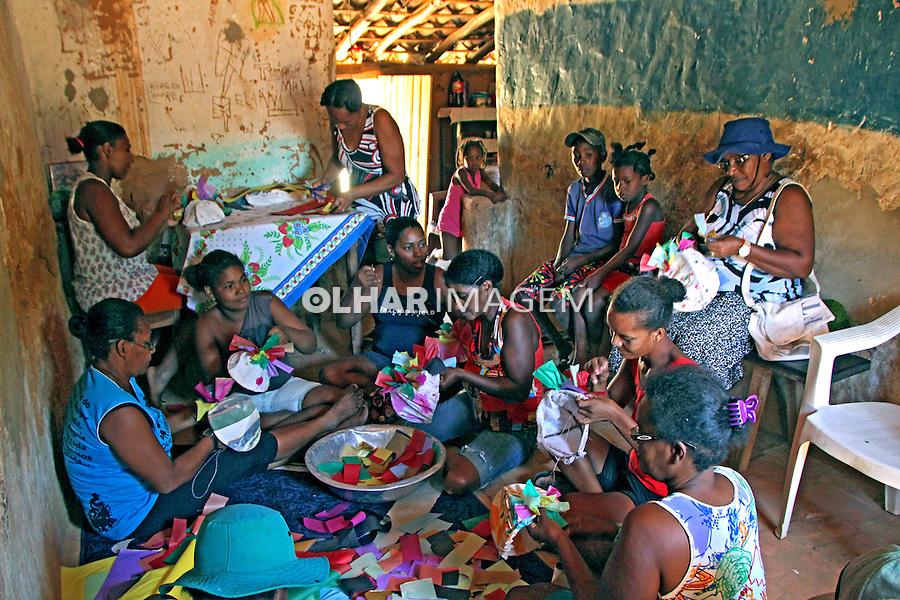 Confecçao de barretinas na Festa Marujada, Quilombo Mangal e Barro Vermelho, municipio Sitio do Mato. Bahia. 2015. Foto de Lineu Kohatsu.