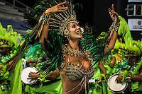 SAO PAULO, SP, 10 FEVEREIRO 2013 - CARNAVAL SP - UNIDOS DO PERUCHE - Integrantes da escola de samba Unidos do Peruche durante desfile do grupo de acesso no Sambódromo do Anhembi na região norte da capital paulista, neste domingo (10).