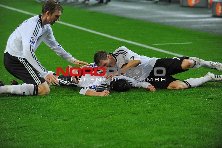 Fu&szlig;ball, L&auml;nderspiel, WM 2010 Qualifikation Gruppe 4 in M&ouml;nchengladbach ( Borussia Park ) <br />  Deutschland (GER) vs. Wales ( GB )<br /> <br /> 1:0 durch Piotr Trochowski ( Ger / Hamburger SV #14 Jubel mit Bastian Schweinsteiger ( Ger /  Bayern Muenchen #7) und Per Mertesacker ( Ger / Werder Bremen #17)<br /> <br /> Foto &copy; nph (  nordphoto  )<br />  *** Local Caption ***