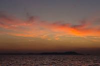 Europe/Provence-Alpes-Côte d'Azur/83/Var/Iles d'Hyères/Ile de Porquerolles: Vue de l'Ile de Port Cros à laube lors du  Départ à la pêche à l'aube  la pêche  sur le pointu de Gérard Genta, pêcheu