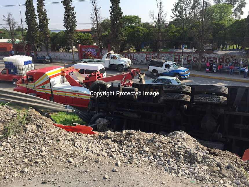 Vuelca tráiler en la carretera 57 a la altura del puente del colorado,  cayó de los centrales a la lateral de la misma carretera en dirección a Querétaro. El chofer resultó con lesiones menores.