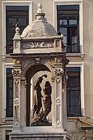Europe/France/Rhône-Alpes/69/Rhône/Lyon: Vieux Lyon - Rue Saint Jean - Fontaine devant l'église primatiale Saint-Jean (gothique)