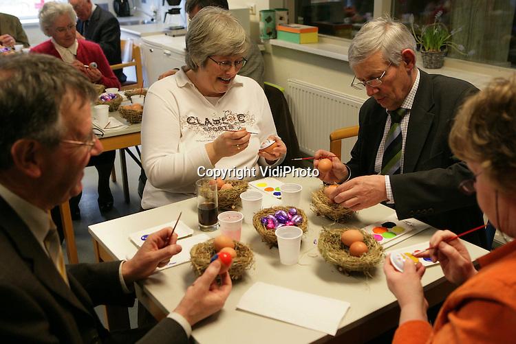 Foto: VidiPhoto..HEMMEN - Bij woonboerderij De Hemmense Boerderij werd zaterdag de jaarvergadering van de gehandicaptenvereniging Op weg met de Ander gehouden. Voor de deelnemers waren er aan het eind van de middag twee workshops: Groen en Creatief.