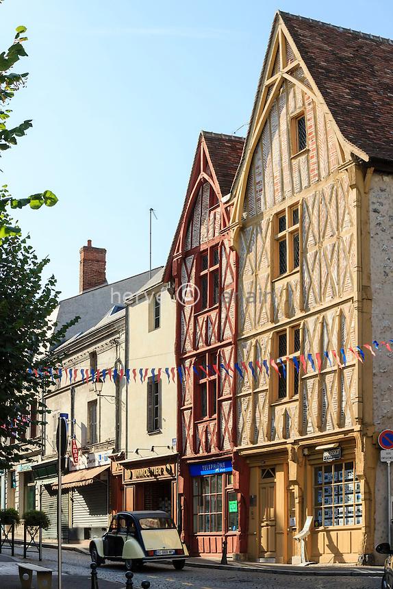 France, Loir-et-Cher (41), Montrichard, dans la ville, maisons à pan de bois et 2 cv // France, Loir et Cher, Montrichard