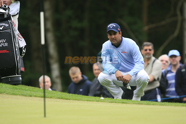 Shiv Kapur (IND) lines up his chip at the 1st green during the Final Day of the BMW PGA Championship Championship at, Wentworth Club, Surrey, England, 29th May 2011. (Photo Eoin Clarke/Golffile 2011)