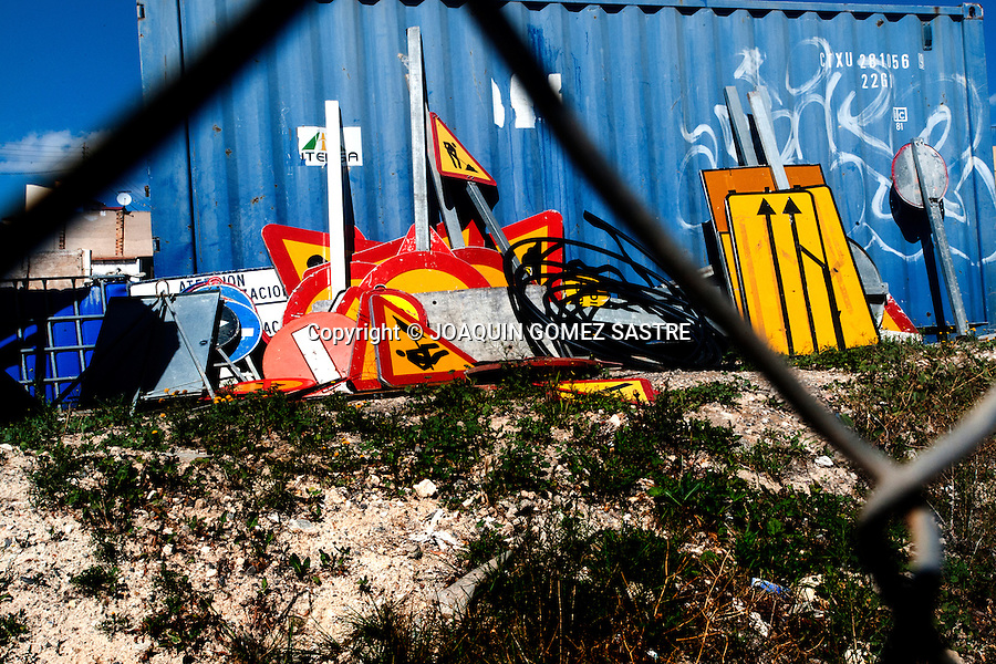 Signs of works shot in a plot, after the real estate boom<br />