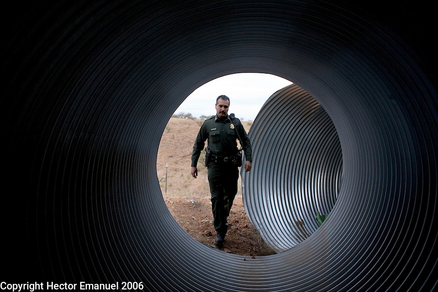 Border Patrol agent Luis Chavez during his daily rounds..Nogales, AZ.12/10/05.photos: Hector Emanuel