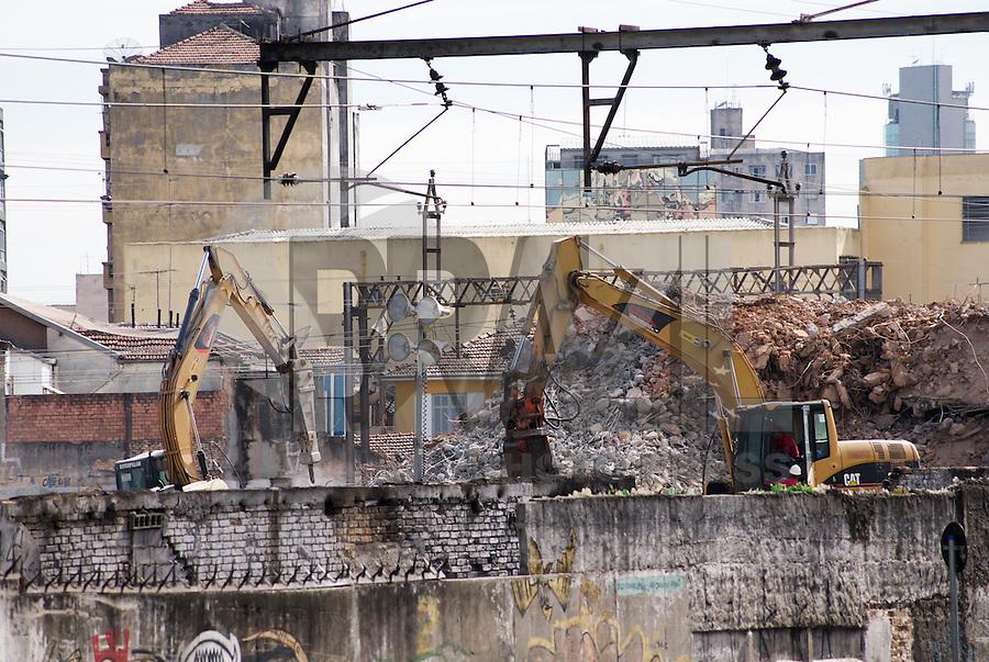SAO PAULO, SP, 12 DE JANEIRO 2012 - RETIRADA ESCOMBROS FAVELA MOINHO - Apos a implosao do predio danificado devido ao incendio no dia 22 de Dezembro na Favela do Moinho, operarios trabalham na retirada dos escombros, na manha desta quinta feira. (FOTO: DEBBY OLIVEIRA - NEWS FREE).