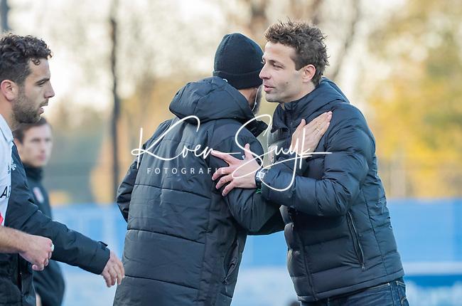 UTRECHT - coach Xanti Freixa (Adam) met coach Alexander Cox (Kampong) na  de hoofdklasse hockeywedstrijd mannen, Kampong-Amsterdam (4-3). COPYRIGHT KOEN SUYK