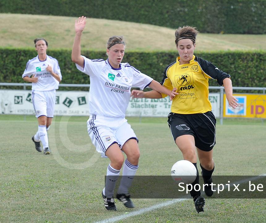 DVK Egem - RSC Anderlecht : duel tussen Caroline Berrens (links) en Femke Segers.foto DAVID CATRY / Vrouwenteam.be