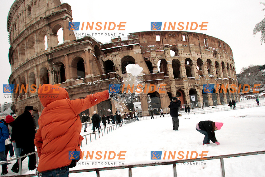 Roma 04/02/2012. Neve a Roma. Colosseo..Snow in Rome. Coliseum.Photo Zucchi Insidefoto