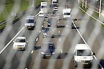 WOERDEN - Bij de snelweg A12 bij Woerden is het niet langer mogelijk vanaf een viaduct ongestoord naar het verkeer te kijken wegens de plaatsing van drie meter hoge hekken op het viaduct. Met de in opdracht van Rijkswaterstaat geplaatste hekken moet worden voorkomen dat voorbijgangers rotzooi of losliggend bouwmateriaal naar beneden op het verkeer gooien. Aanleiding voor het plaatsen van deze hekken die ondertussen ook op andere plaatsen zijn gemonteerd, is een dodelijk ongeval in 2005 waarbij een automobiliste overleed nadat haar auto was geraakt door een geworpen stoeptegel. COPYRIGHT TON BORSBOOM