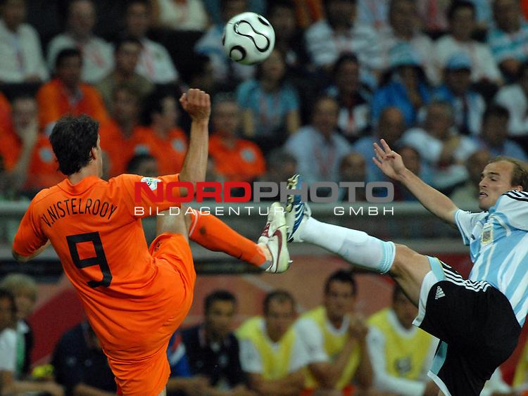 FIFA WM 2006 -  Gruppe C Vorrunde ( Group C )<br /> Play     #37 (21-Jun) - Niederland ( Holland ) - Argentinien<br /> <br /> Hoch das Bein - Ruud van Nistelrooij (NED) gegen Esteban Cambiasso (ARG)<br /> <br /> Foto &copy; nordphoto