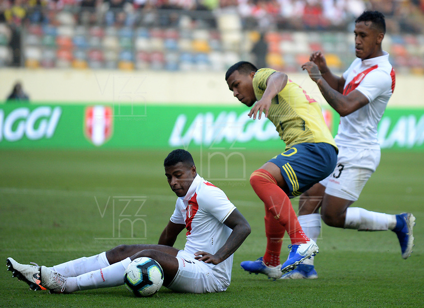 LIMA,PERÚ,09-06-2019:Roger Martínez jugador de Colombia disputa el balon con el Perú durante   partido amistoso de preparación para la Copa América de Brasil 2019 jugado en el estadio Monumental de Lima la ciudad de Lima./Roger Martinez player of Colombia fights the ball against of  Peru team during a friendly match in preparation for the 2019 Copa América of Brazil played at Lima's Monumental Stadium in Lima. Photo: VizzorImage / Cristian Alvarez / FCF