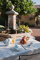 Europe/France/Provence-Alpes-Côte d'Azur/84/Vaucluse/Lubéron/Gargas : Petit déjeuner à la Chambre d'hôtes Le Mas Jorel<br />  [Non destiné à un usage publicitaire - Not intended for an advertising use]