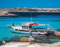 Malta, Insel Comino: mit dem Ausflugsschiff in die vertraeumten Buchten - im Hintergrund die Stadt Mgarr auf Gozo | Malta, Island Comino: excursion boat trips - background city of Mgarr on Gozo Island