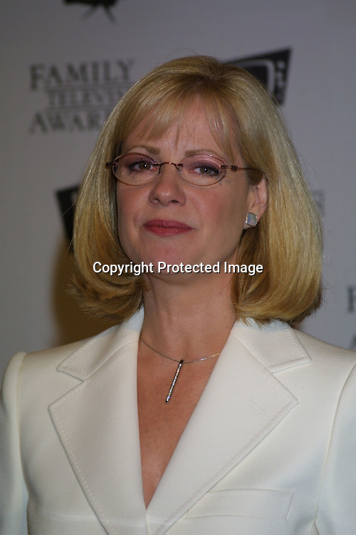 ©2003 KATHY HUTCHINS/HUTCHINS PHOTO.5thANNUAL FAMILY TV AWARDS.BEVERLY HILTON HOTEL.BEVERLY HILLS, CA  8/14/03.BONNIE HUNT