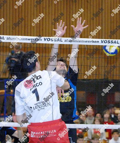2008-04-05 / Volleybal / V.C. Vosselaar - Eisden / Roberto Parisi van Eisden komt makkelijk voorbij het block van Vosselaar..Foto: Maarten Straetemans (SMB)