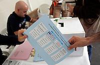 Operazioni di voto occasione delle elezioni primarie in un gazebo allestito a Roma, 25 ottobre 2009..Primary elections of the Democratic Party in Rome, 25 october 2009..UPDATE IMAGES PRESS/Riccardo De Luca