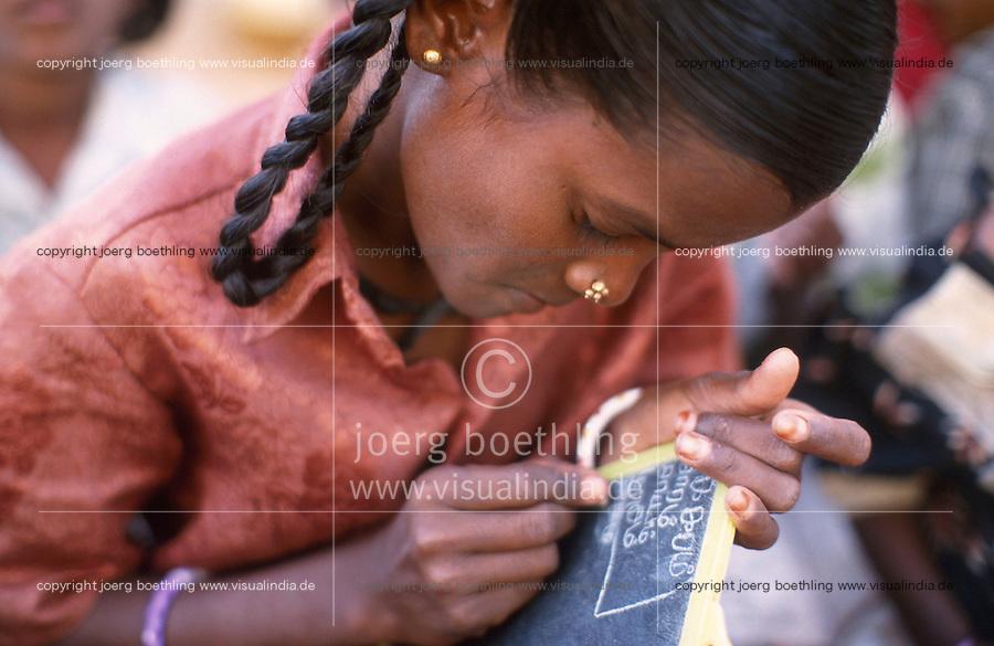 INDIA Tamil Nadu, Karur, education for former child labourer from the gem industry / INDIEN, Schule der NGO Psychotrust im Dorf Kuppamattupatty, Bildung fuer ehemalige Kinderarbeiter aus Edelsteinschleifereien in Doerfern um Karur