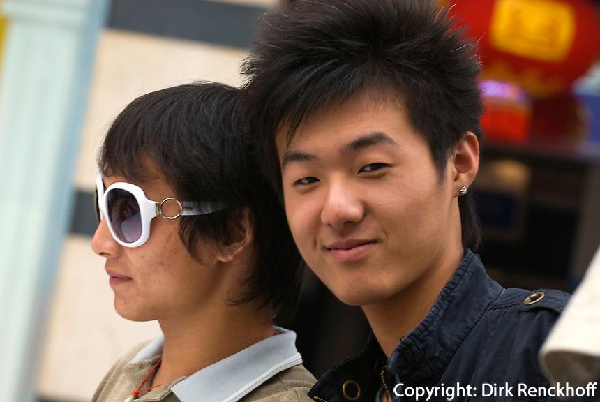 China, Peking (Beijing), junge Männer auf der Wangfujing Dajie