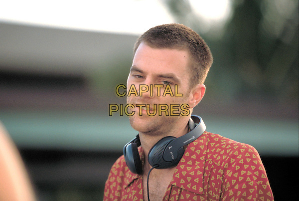 PAUL THOMAS ANDERSON (DIRECTOR).on the set of Punch Drunk Love.Ref: FBAW.Filmstill - Editorial Use Only.www.capitalpictures.com.sales@capitalpictures.com.Supplied By Capital Pictures