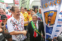 RECIFE, PE, 01.03.2014 - CARNAVAL / RECIFE / GALO DA MADRUGADA - <br /> O governador de Pernambuco, Eduardo Campos (PSB) cumprimenta foliao com fantasia do ex presidente Luiz Inacio Lula da Silva durante concentração do Galo da Madrugada, maior bloco de carnaval do mundo, no centro de Recife, na manhã deste sábado (01). (Foto: William Volcov / Brazil Photo Press).